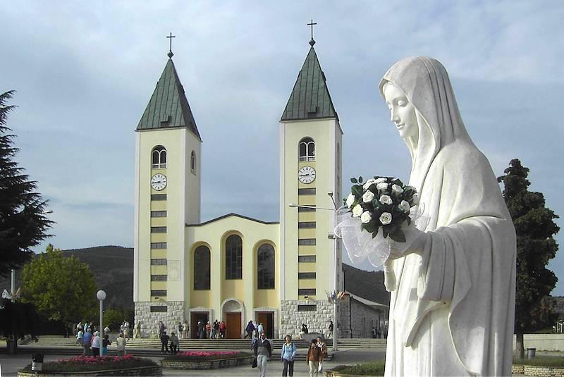 2006 344caF Madonna vor Pfarrkirche